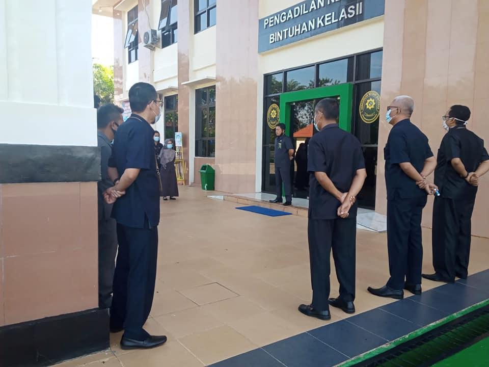 Kegiatan apel pagi yang dipimpin langsung oleh Ketua Pengadilan Negeri Bintuhan Bapak PURWANTA, S.H., M.H.