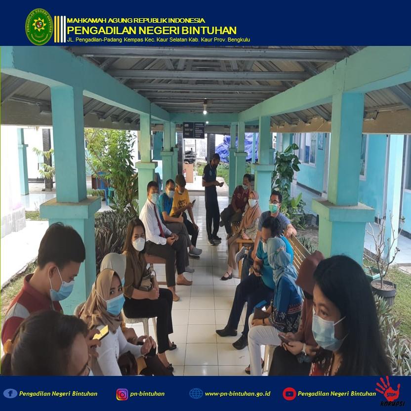 Keluarga Besar Pengadilan Negeri Bintuhan melakukan kegiatan vaksin Covid 19 yang Pertama