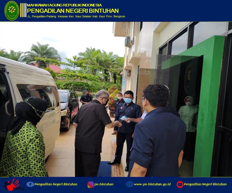 YM Bapak Moh Eka Kartika, EM, S.H., M.Hum didampingi Ibu Ny. Sukhaeni Eka Kartika, S.H. dan Sekretaris Pengadilan Tinggi Bengkulu Bapak Endri Novian Berserta istri mengunjungi Pengadilan Negeri Bintuhan