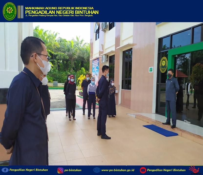 Melaksanakan Apel Pagi dipimpin oleh Ketua Pengadilan Negeri Bintuhan Purwanta, S.H.,M.H.