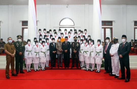 Pengukuhan Pasukan Pengibar Bendera Merah Putih dan Renungan Suci Dimakam Pahlawan