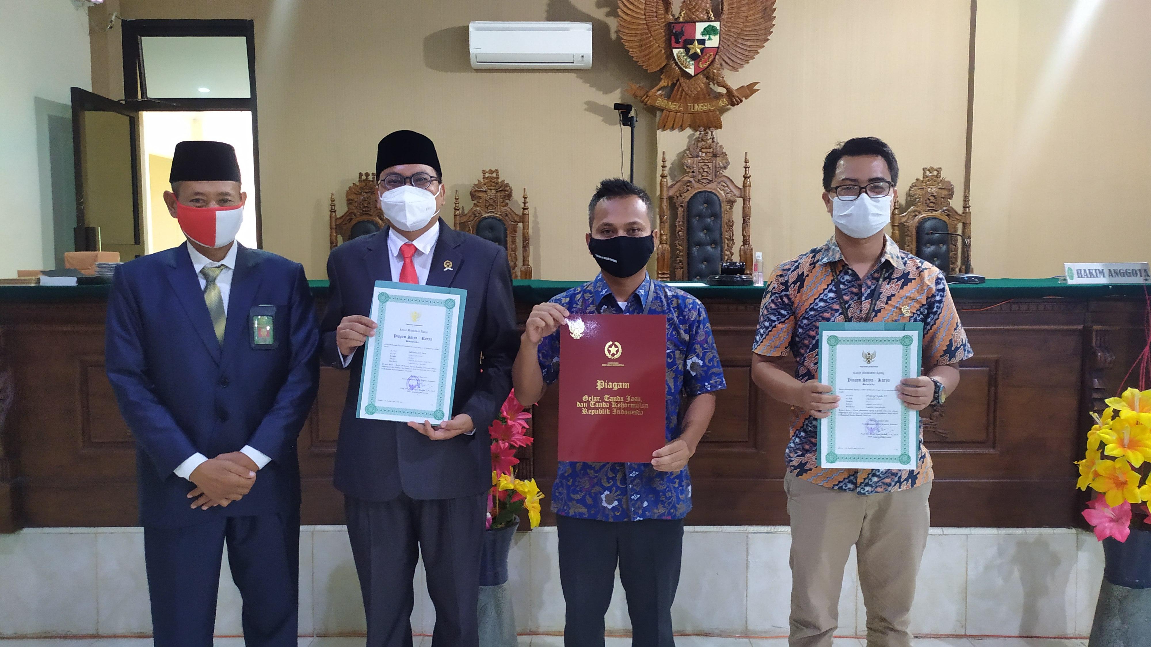 Penyerahan Piagam Satya Lencana Pegawai Pengadilan Negeri Bintuhan